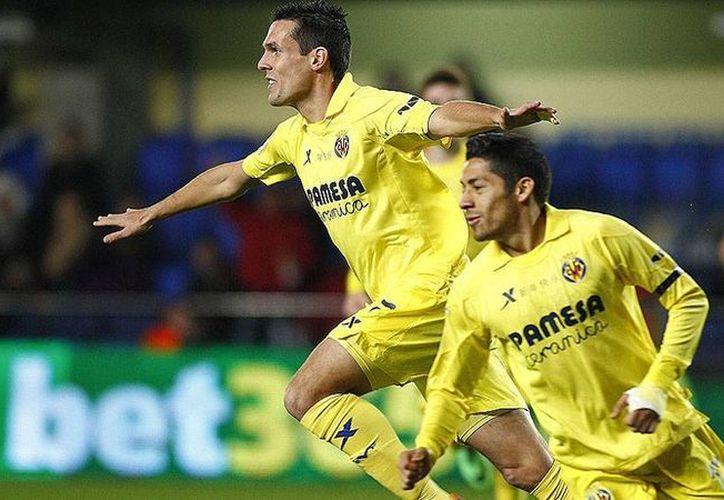 Jugadores del Villarreal celebran uno de los goles con los que derrotaron 3-1 al Osasuna de Pamplona. El equipo donde militan los mexicanos Giovani dos Santos y Javier Aquino. (villarrrealcf.es)
