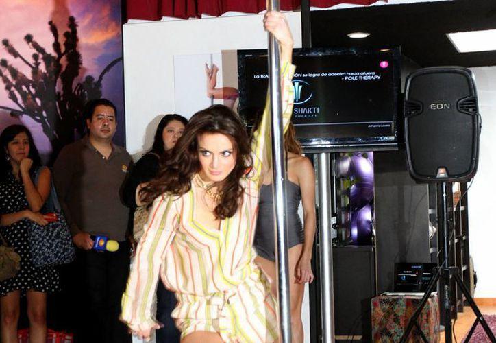 La actriz Silvia Navarro ofreció una pequeña demostración de su dominio del tubo, para el papel que realiza en la telenovela 'Mi corazón es tuyo'. (Notimex)