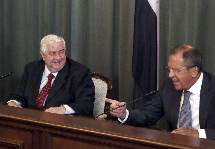 El ministro de Asuntos Exteriores sirio, Walid Muallem, y su homólogo ruso, Sergey Lavrov (d), durante el encuentro que mantuvieron en Moscú. (EFE)