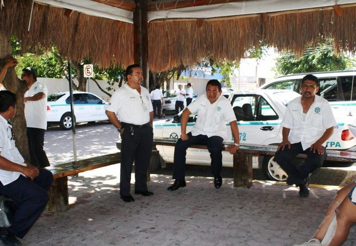 Los taxistas manifiestan que el problema de los baches ha provocado que la solicitud del servicio diminuya. (Loana Segovia/SIPSE)