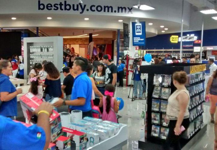 La tienda abrió sus puertas en la plaza comercial Uptown. (Imágenes y video de Eduardo Vargas/SIPSE.com)