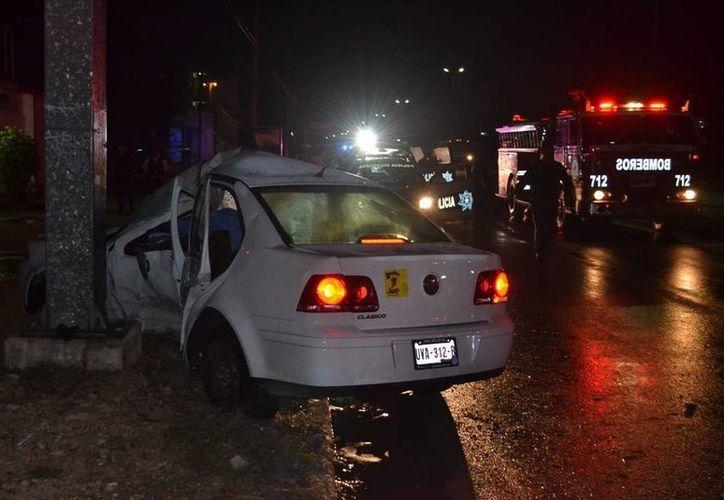 La conductora chocó contra un poste al intentar esquivar a otro vehículo que se le acercó mucho. (Redacción/SIPSE)