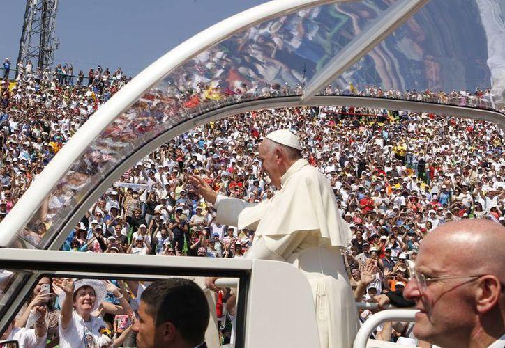 El Papa Francisco a su arribo al estadio Kosevo para oficiar la misa, este sábado 6 de junio de 2015. El Pontífice llegó hoy a Sarajevo para un visita de un día. (Foto AP/Amel Emric)