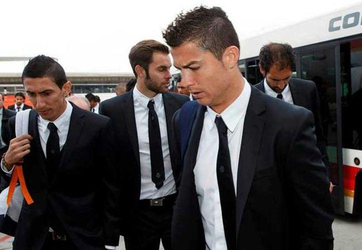 Cristiano Ronaldo (en primer plano) viste el traje oficial del Real Madrid, diseñado por Versace. (Twitter)