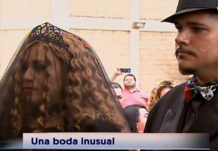 Novios realizan boda en un cementerio de Puerto Rico. (Contexto/Internet).