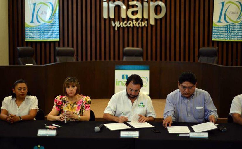 El convenio de transparencia en archivos y trámites se firmó ayer entre representantes del AGEY y el Inaip. (Luis Pérez/SIPSE)