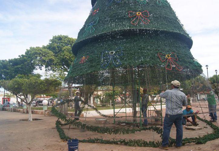 Desmantelamiento del arbolito que se instaló en la plaza Independencia de Progreso. (Manuel Pool/SIPSE)