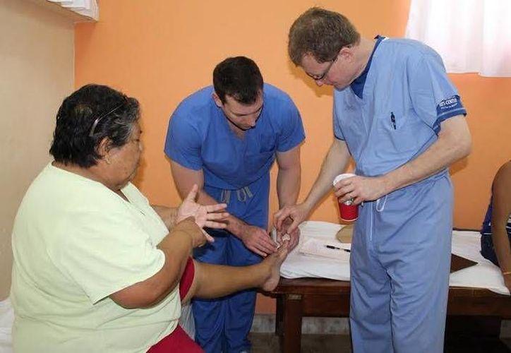 Podiatras de Estados Unidos atienden a una paciente yucateca en la Unidad Básica de Rehabilitación de Progreso. (Óscar Pérez/SIPSE)