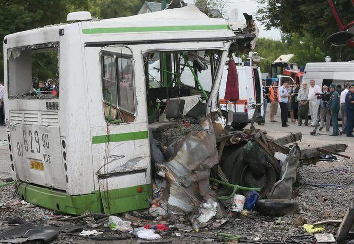 Restos de un autobús en el lugar donde se produjo el accidente cerca de la aldea Oznobikhino, en el territorio de Nueva Moscú, Rusia. (EFE)