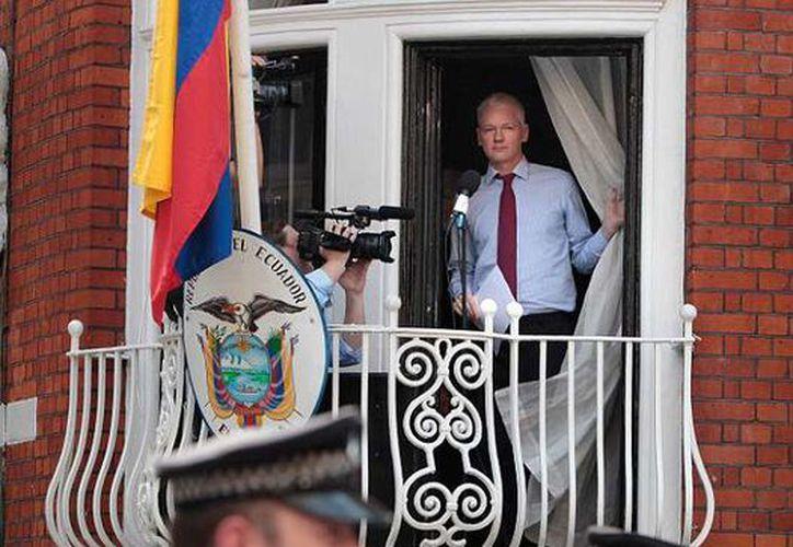 Julian Assange permanece en la embajada, a fin de evitar que sea extraditado a Suecia. (Daily Mail)