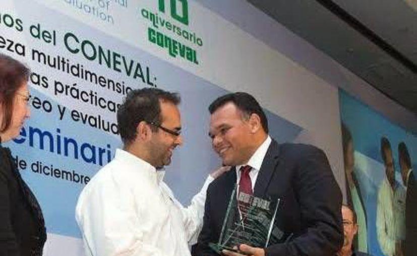 El reconocimiento al Gobierno de Yucatán fue entregado por el representante del Coneval a Rolando Zapata Bello. (Milenio Novedades)