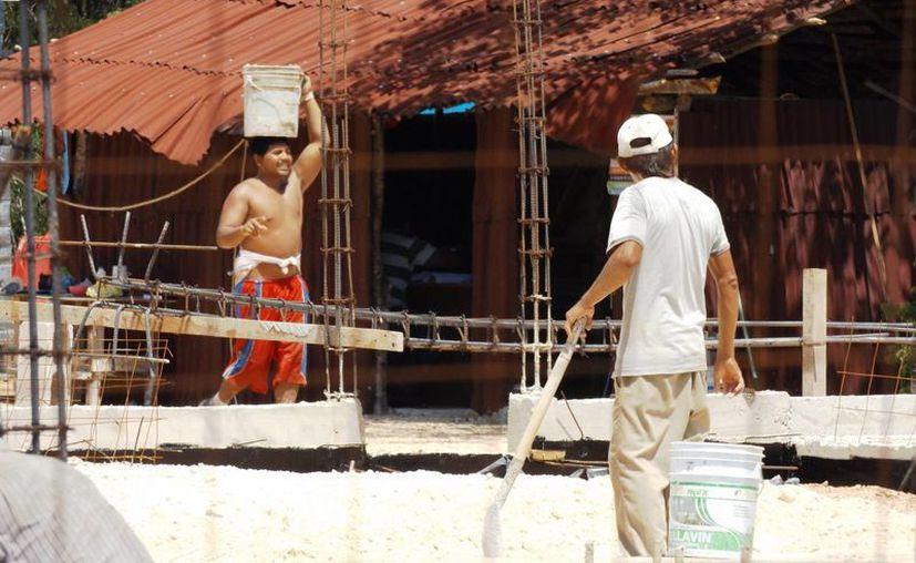 Protección Civil hace recorridos en obras en construcción para prevenir golpes de calor en los trabajadores.  (Daniel Pacheco/SIPSE)