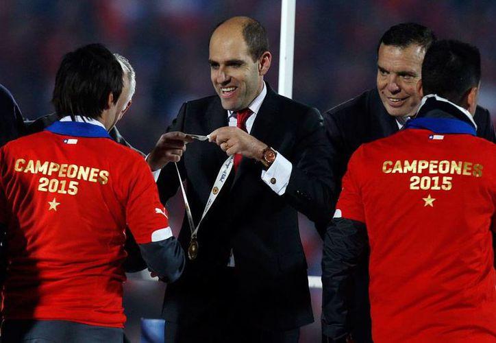 Sergio Jadue (de frente, en medio), presidente de la Federación Chilena de Futbol, pidió licencia a su cargo, tras conocerse que es investigado por los malos manejos en FIFA. (Archivo/AP)
