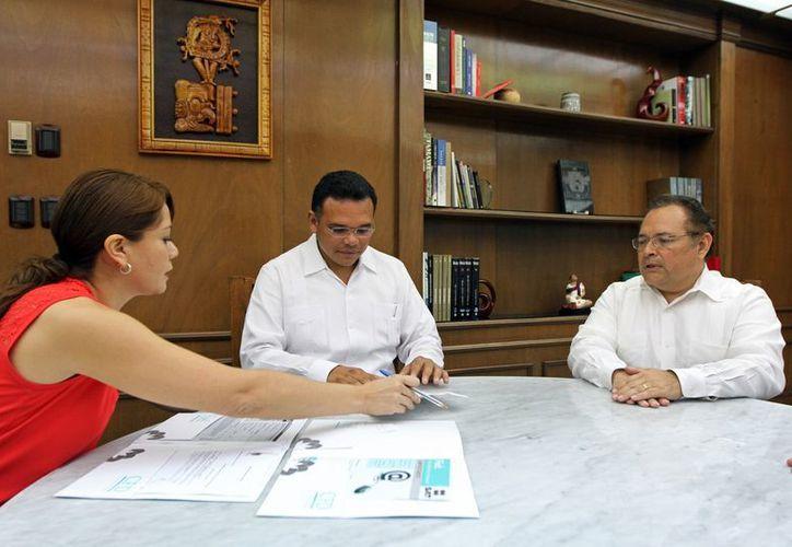 El gobernador Rolando Zapata Bello firma documentos relacionados con la nueva secretaría. (SIPSE)
