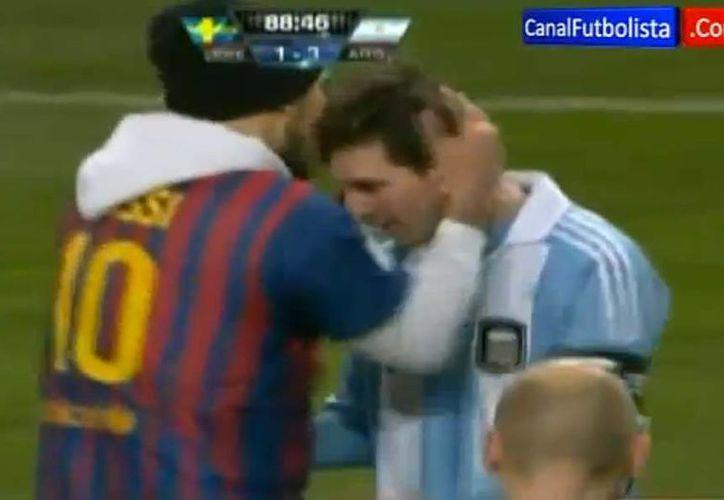 """Messi no anotó en la victoria de Argentina, pero un aficionado le dio un """"premio"""". (Captura de pantalla de Youtube)"""