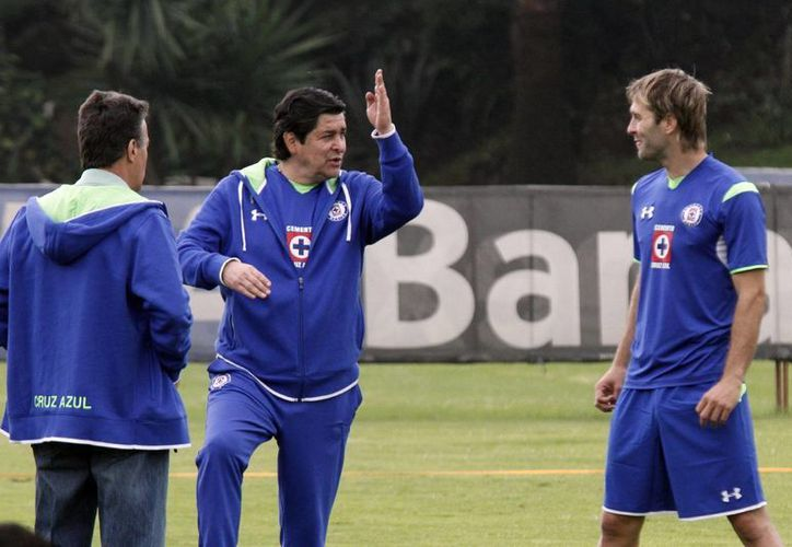 Aníbal Zurdo (d), quien se fracturó el tercer dedo del pie derecho, recibe indicaciones del técnico cruzazulino Fernando Tena. (Notimex)