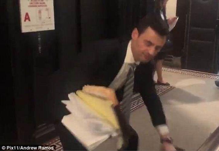 El abogado acudió a la corte, donde fue abordado por la prensa. (Daily Mail)