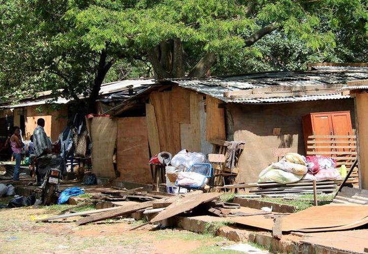 Vista de unos de los refugios precarios instalados para personas afectadas por las inundaciones en una plaza de Asunción, Paraguay. (EFE)