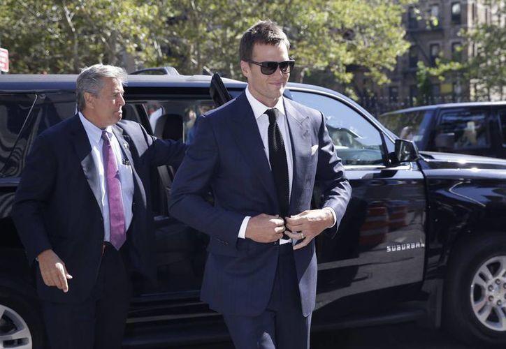 Tom Brady (d) al llegar a una corte federal en Nueva York, la semana  pasada. El quarterback de Nueva Inglaterra asistirá a una audencia con el comisionado de la liga, Roger Goodell, el 31 de agosto como última oportunidad para llegar a un acuerdo. (Archivo AP)