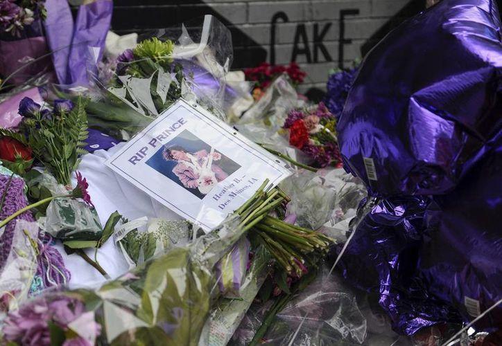 Vista de flores y globos dejadas por fans en la discoteca donde debutó el cantante Prince, First Avenue, en Minneapolis, Minnesota. Los restos del cantante fueron incinerados en ceremonia privada. (EFE)