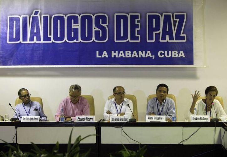 Los miembros del comité de paz para el conflicto colombiano dan una conferencia de prensa en La Habana, Cuba. (Agencias)