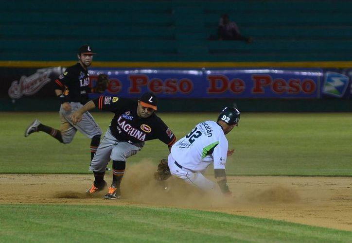 El vaquero yucateco Oswaldo Morejón saca aut en segunda. (Luis Pérez/SIPSE)
