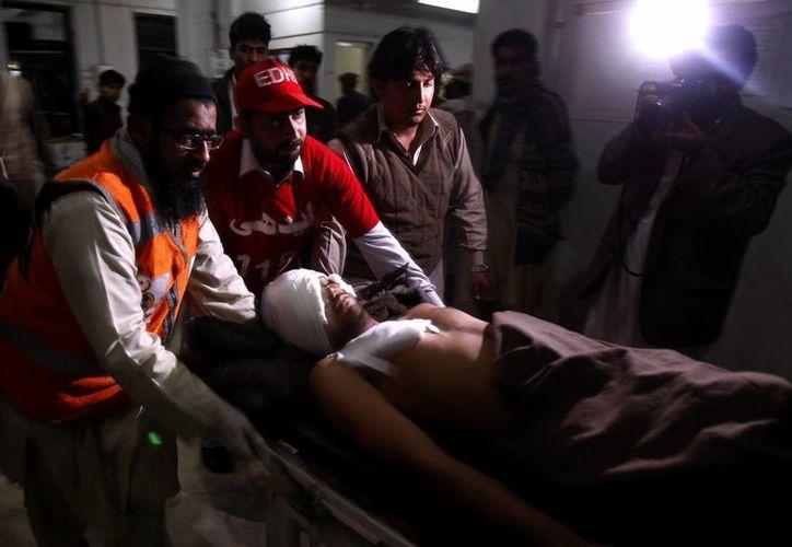 Un hombre herido durante el ataque suicida es conducido a un hospital en Pakistán. (AP)