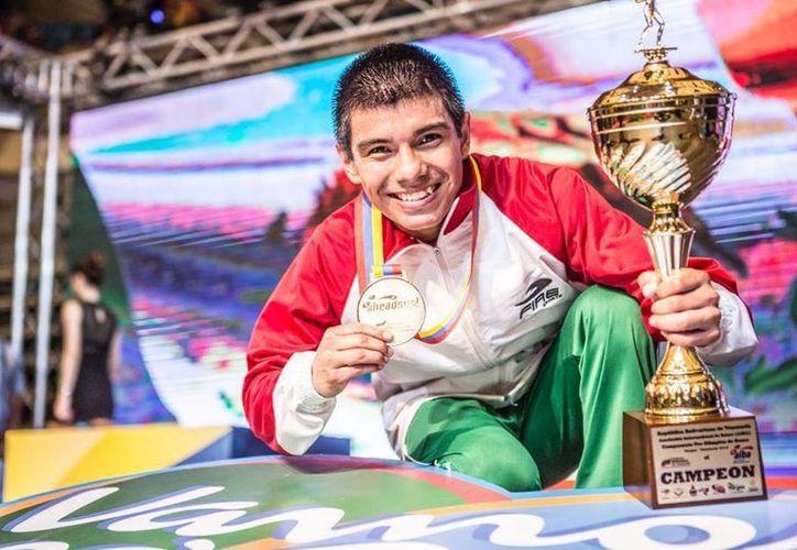 Joselito Velázquez pone su firma en el contrato, el último trámite que faltaba para incursionar de lleno en el boxeo profesional. (Ángel Mazariego/SIPSE)