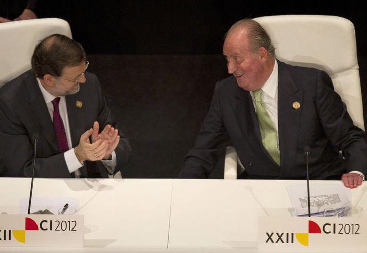 El Rey de España, Juan Carlos (d), y el primer ministro Mariano Rajoy, después de la inauguración de la XXII Cumbre Iberoamericana.  (Agencias)