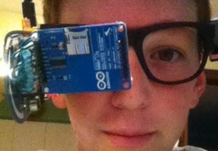 Clay Haight, aficionado a la electrónica desde los 8 años, hizo su propio diseño de Google Glass. (YouTube/make)