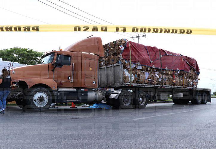 El tráiler impactó a más de cinco vehículos y atropelló a una persona. (Victoria González/SIPSE)