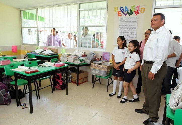 El Gobierno donará  12 computadoras para abrir la primera aula de cómputo en un escuela primaria. (Cortesía)
