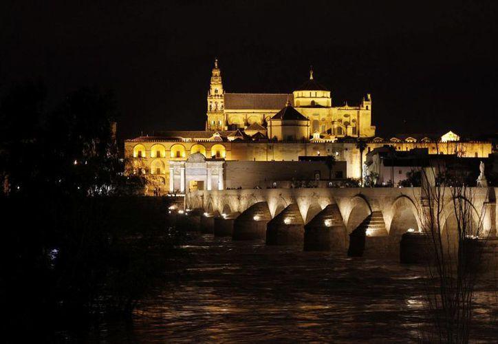 Vista de la Mezquita de Córdoba antes de apagar sus luces para sumarse a la iniciativa global del Fondo Mundial para la Naturaleza WWF, la Hora del Planeta. (Archivo/EFE)