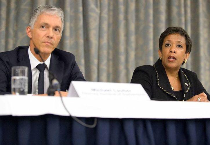 Michael Lauber, Fiscal General de Suiza, y Loretta Lynch, fiscal de Estados Unidos, durante una conferencia conjunta sobre la investigación de corrupción en el seno de la FIFA. (AP)