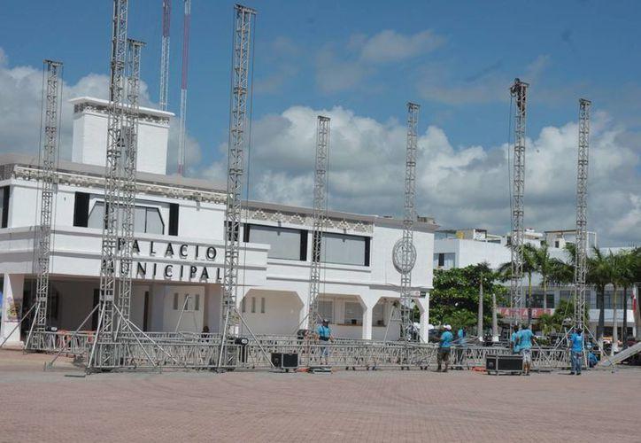 La mañana del miércoles iniciaron con el armado del escenario que servirá para los eventos. (Octavio Martínez/SIPSE)