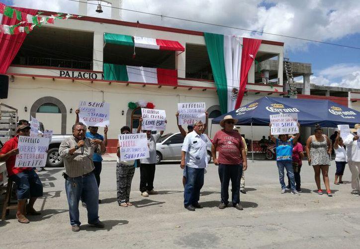 Los parcelarios mostraron pancartas para rechazar la propuesta para declarar el municipio como Área Natural Protegida. (Javier Ortiz/SIPSE)