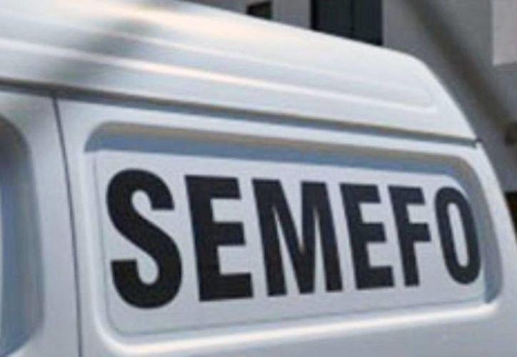 Los cuatro cuerpos encontrados cerca del poblado de Santa Bárbara, municipio de Chilpancingo, corresponden a tres médicos y a un licenciado desaparecidos desde el pasado 19 de junio. Imagen de un vehículo de la Semefo de Guerrero. (Excelsior)