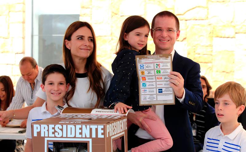 Ricardo Anaya votó acompañado de sus hijos. (Twitter)