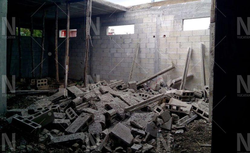 El techo de la obra se vino abajo lesionando a cuatro albañiles. (Gerardo Keb/Novedades Yucatán)