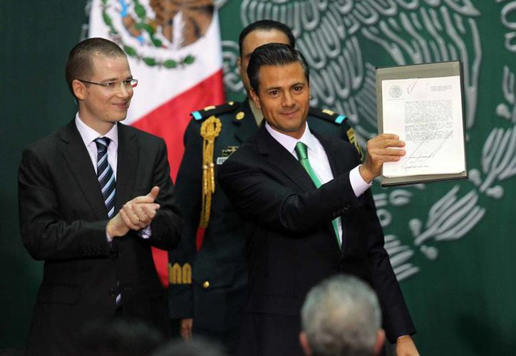 La Reforma Energética que este viernes fue aprobada por el presidente Enrique Peña Nieto fue aprobada primero en 24 congresos locales. (Notimex)