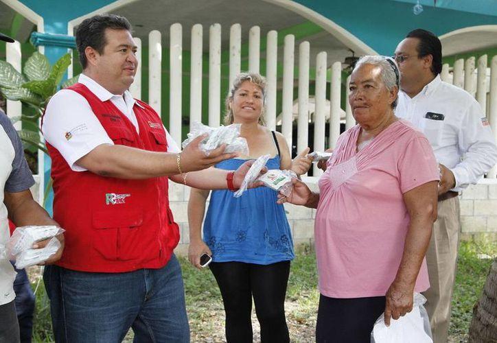 Israel Hernández Radilla entregó paquetes de semillas en la comunidad de Sergio Buitrón Casas. (Redacción/SIPSE)