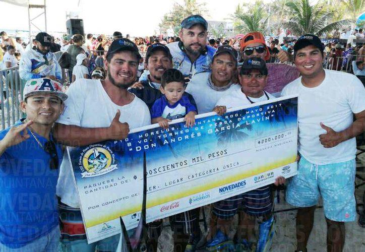 Los ganadores recibieron un cheque por $200 mil pesos. (Israel Leal/SIPSE)