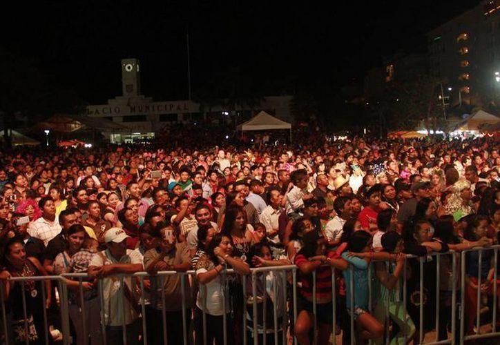"""El """"Parque Quintana Roo""""  lucía totalmente lleno; lo cozumeleños se deleitaron con las canciones de la """"Sonora Dinamita"""". (Redacción/SIPSE)"""