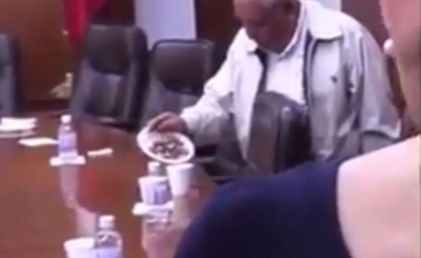 En un video se muestra al legislador del PT, José Belmares Herrera llevando todo lo que encontró a su paso, desde agua hasta cacahuates. (Captura de Pantalla)