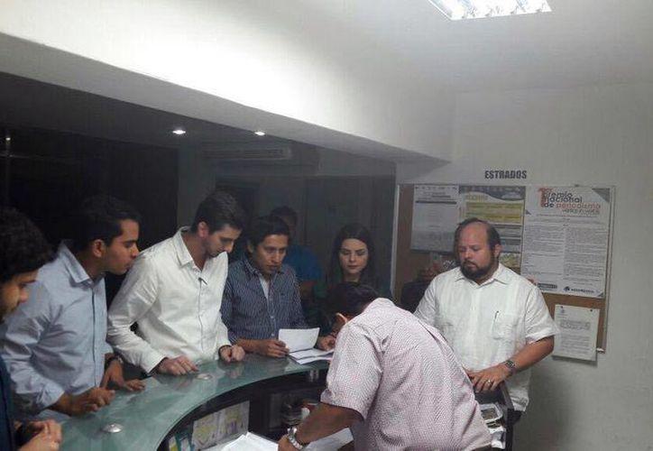 Imagen del momento en que el representante de la organización tramita el registro como agrupación política ante el Iepac. (Milenio Novedades)