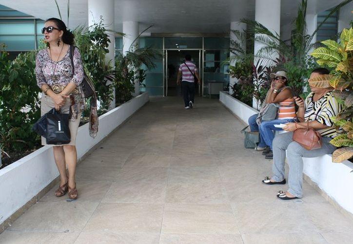 Trabajadores en espera de ser recibidos por el director de Administración, Raúl Aguilar. (Juan Palma/SIPSE)