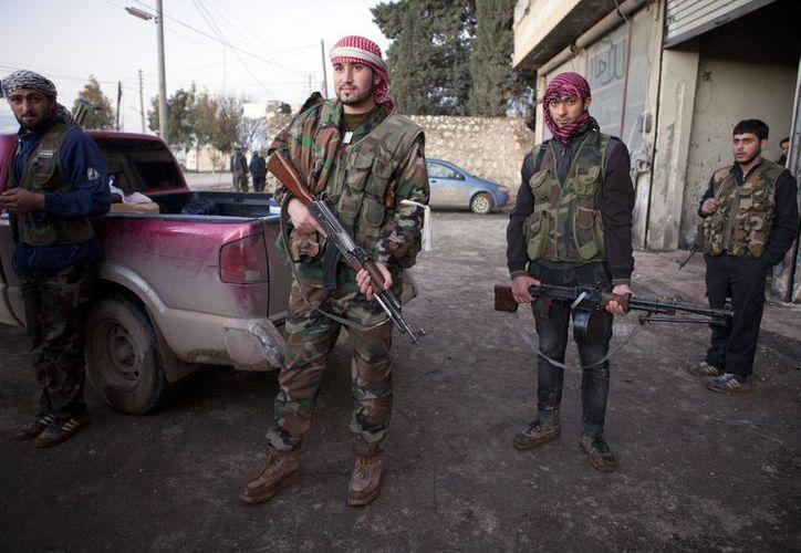 Soldados del Ejército Libre de Siria, miembros de la brigada Kativa Skaoral Tawheed, en el pueblo de Fafeen, en la provincia siria de Alepo. (EFE/Archivo)