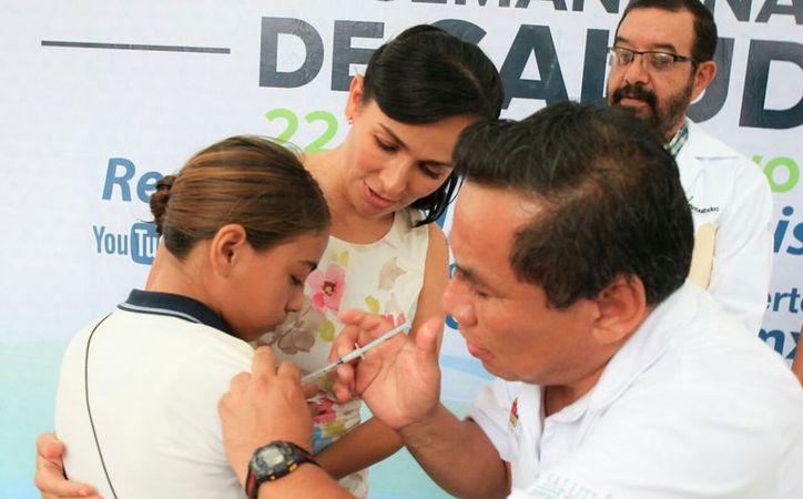"""La jornada de vacunación inició en la escuela primaria """"David Alfaro Siqueiros"""". (Cortesía)"""