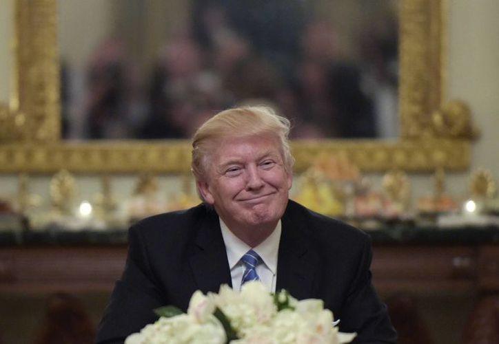 Donald Trump firmó este lunes tres acciones ejecutivas, las primeras como Presidente. Una de ellas prohibe financiar a organizaciones pro aborto. (AP/Susan Walsh)