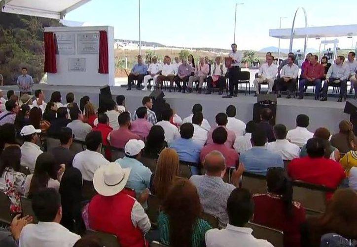 Peña Nieto inauguró dos importantes obras carreteras en Tepic, capital nayarita. (Presidencia)